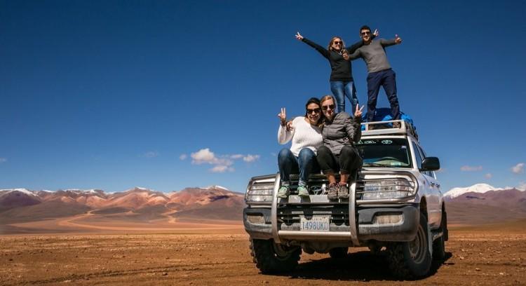 Personas sobre vehículo Salar de Uyuni