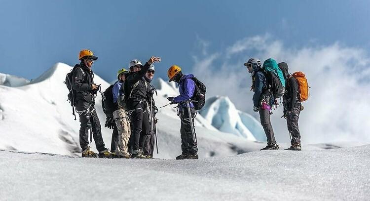 caminhada de gelo do grupo na geleira cinza