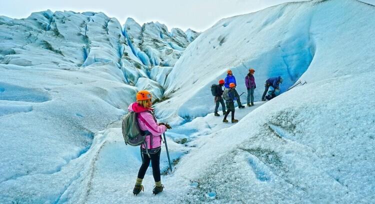 turista caminando en el glaciar grey