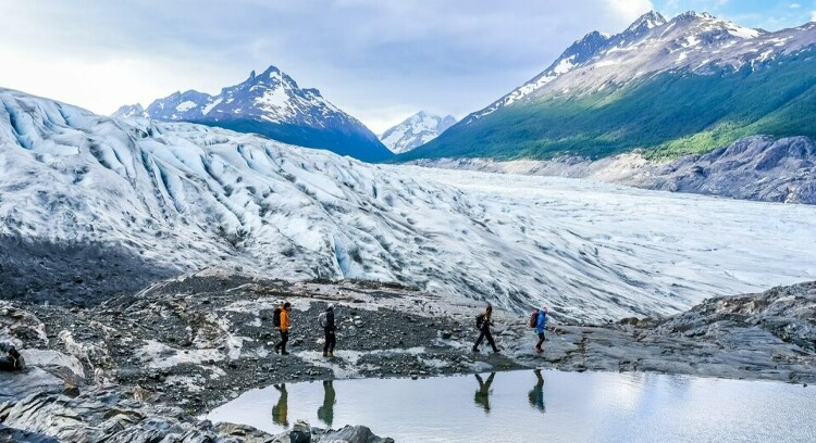 turistas caminhando na geleira grey