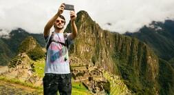 Jovem em Machu Picchu
