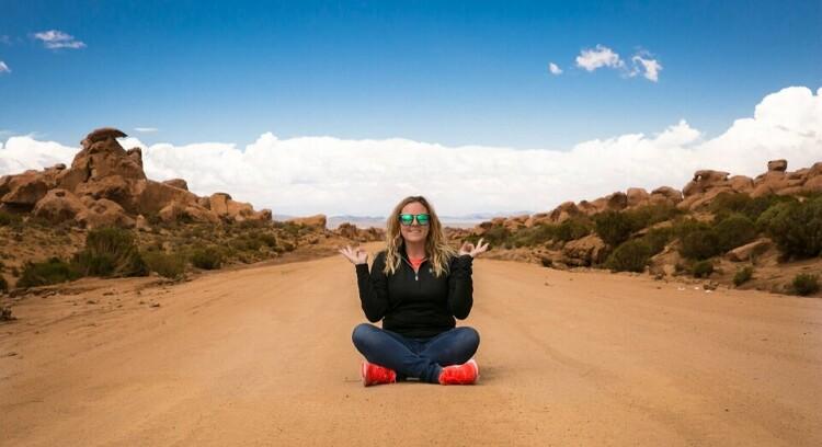 Mulher sentada na estrada para Salar de Uyuni.