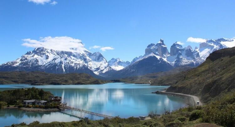 Vista panorámica de los Cuernos del Paine y lago