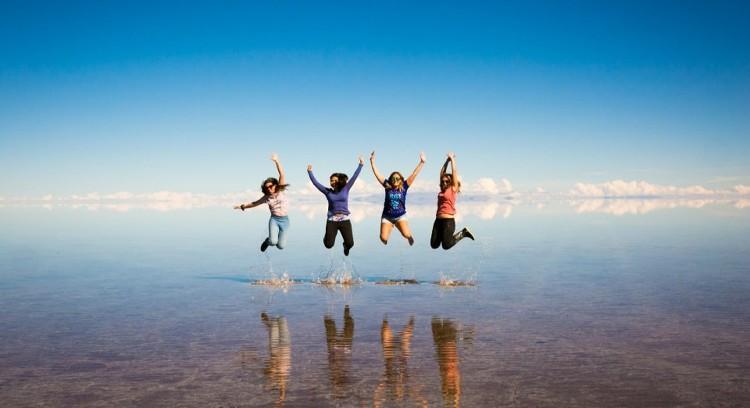 Saltando en el Salar de Uyuni