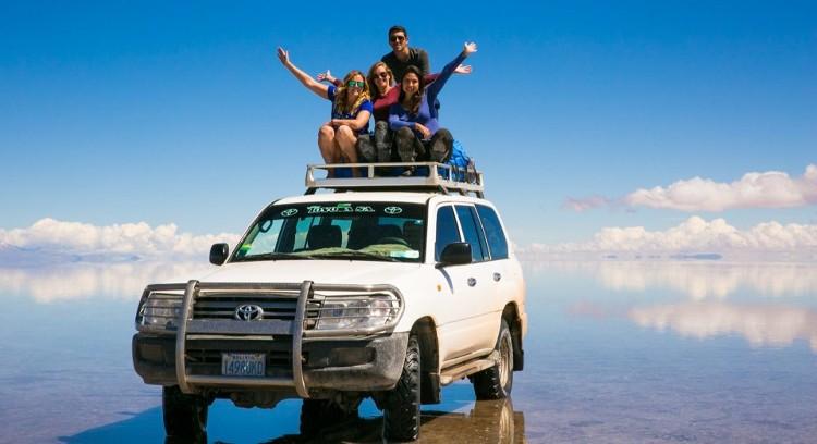 Veículo sobre a água no Salar de Uyuni